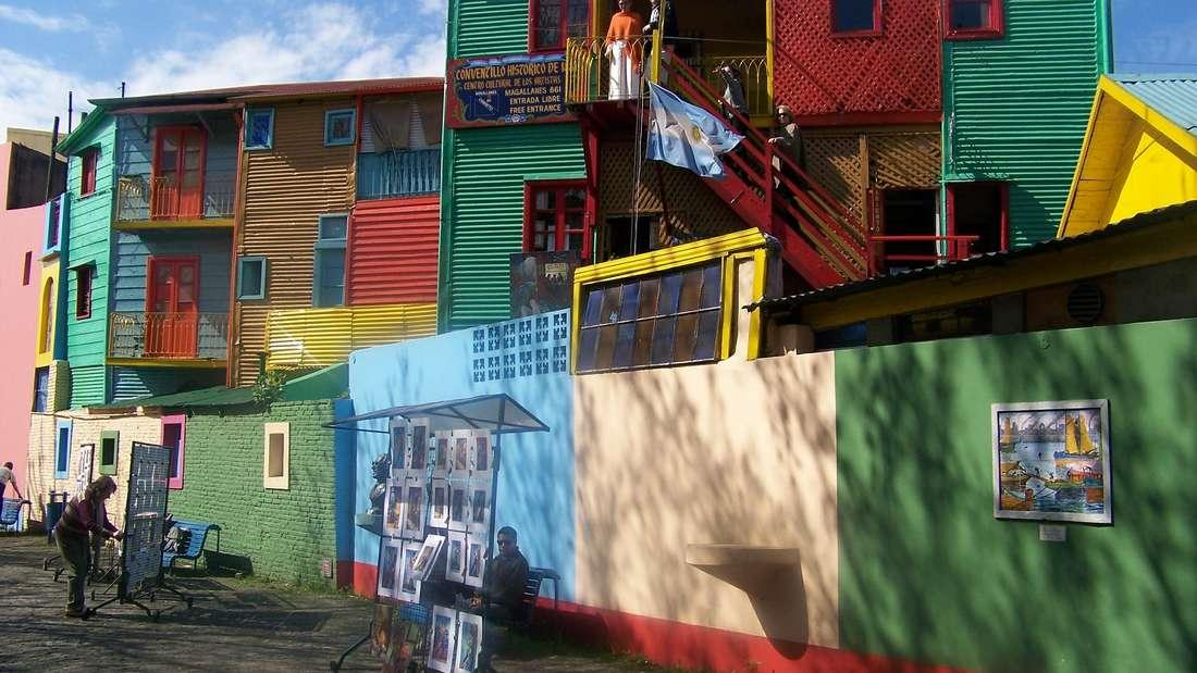 Am besten bestaunen lässt sich die bunte Vielfalt von La Boca, Caminito in Buenos Aires bei einem Spaziergang entlang des Caminito del Rey, dem 7,7 Kilometer langen Königsweg, der einmal komplett durch das Viertel führt.