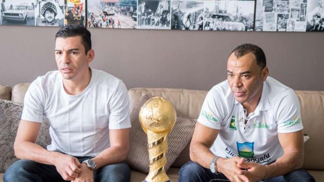 Lucio (l) und Cafu im Gespräch über den Confed Cup. Foto: Sebastian Gollnow