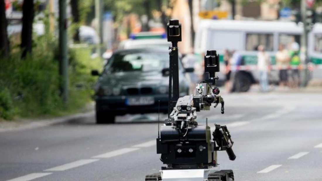 Ein Spezialroboter der Polizei vor dem verdächtienAuto in Berlin-Schöneberg. Foto: Kay Nietfeld