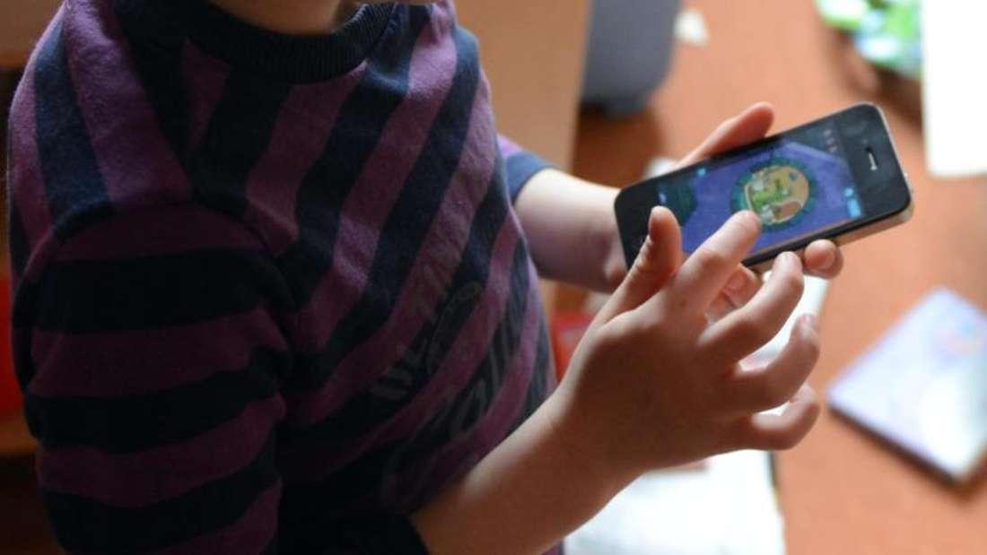 Bei täglichem Smartphonegebrauch von mehr als einer halben Stunde ist das Risiko von Konzentrationsstörungen sechs Mal höher als üblich. Foto: Jens Kalaene/Symbolbild