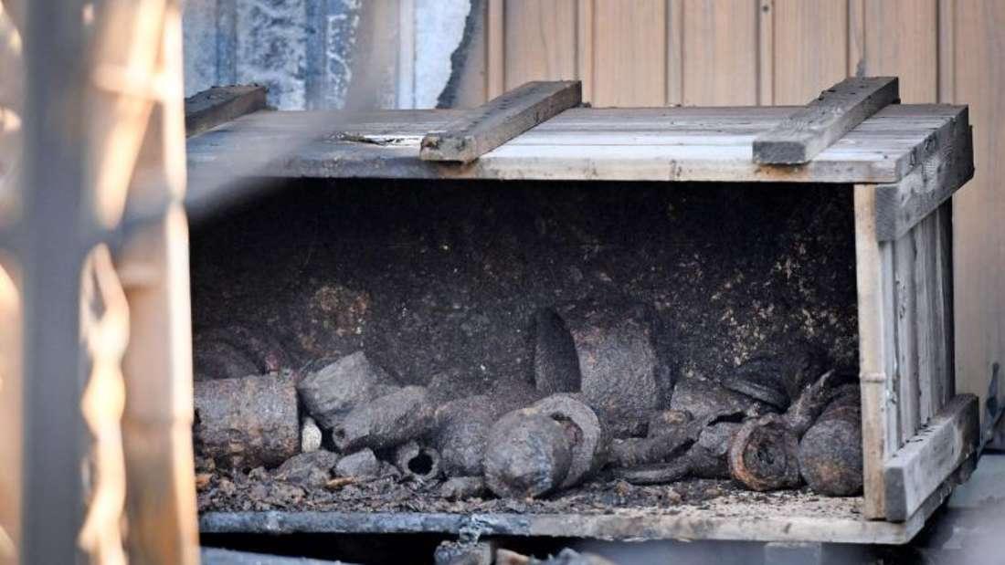Ein Kiste mit den Resten von Granaten. Die Explosion wurde vermutlich durch die große Hitze ausgelöst. Foto: Henning Kaiser