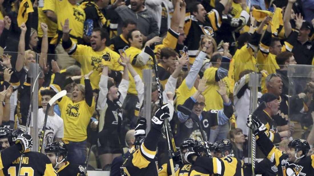 Die Fans und die Mannschaft der Pittsburgh Penguins jubeln. Foto: Keith Srakocic
