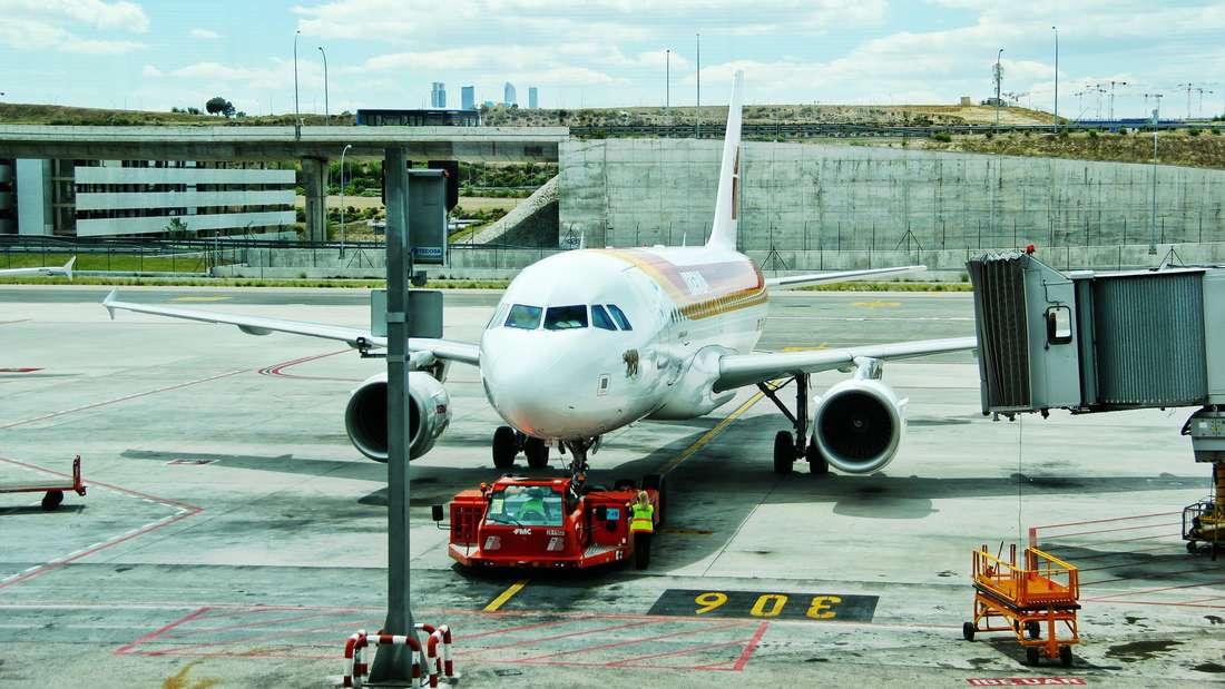 An Bord eines Flugzeug passiert so manches, was Menschen mit Flugangst vielleicht lieber nicht wissen wollen.