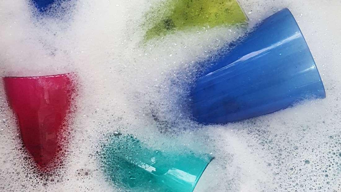 Acryl-Geschirr bekommt in der Maschine leicht Kratzer und Risse.