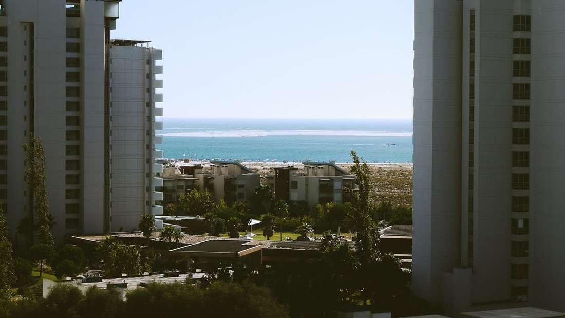 """Die Formulierung """"mit Meerblick"""" kann auch bedeuten, dass Gäste gerade mal einen kleinen Blick auf das Meer erhaschen können."""