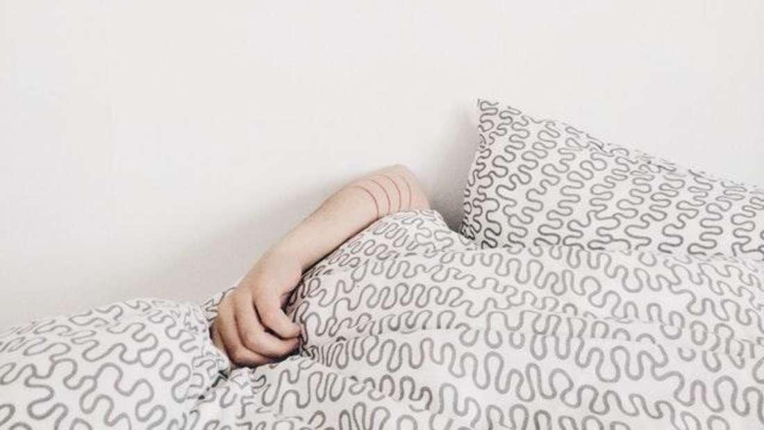 Wenn der Wecker klingelt drücken Sie lieber fünfmal auf Snooze, statt aufzustehen? Wer morgens trotz genügend Schlaf nicht mehr aus den Federn kommt, sollte sich eine Auszeit gönnen.