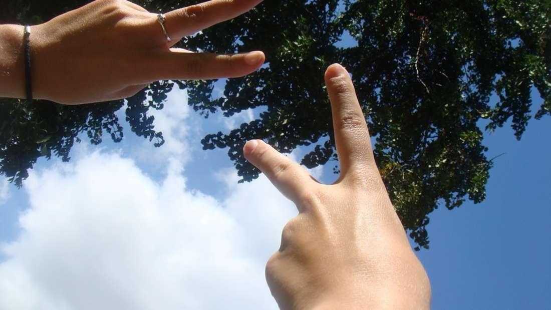 """In England sollten Sie hier allerdings aufpassen: Drehen Sie nämlich während dem Peace-Gruß den Handrücken nach vorne, ist es nicht mehr so friedlich: Dort bedeutet dieses Zeichen """"Verpiss' Dich!"""""""