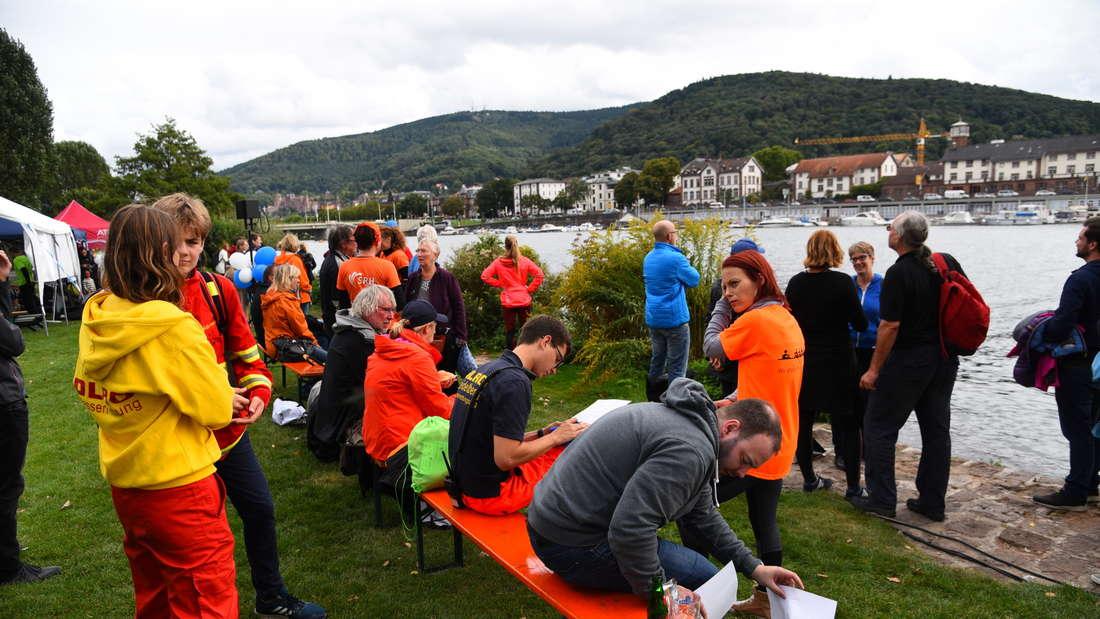 Trotz Wind und Wolken kommen zahlreiche Besucher zur 8. Benefizregatta ,Rudern gegen Krebs'