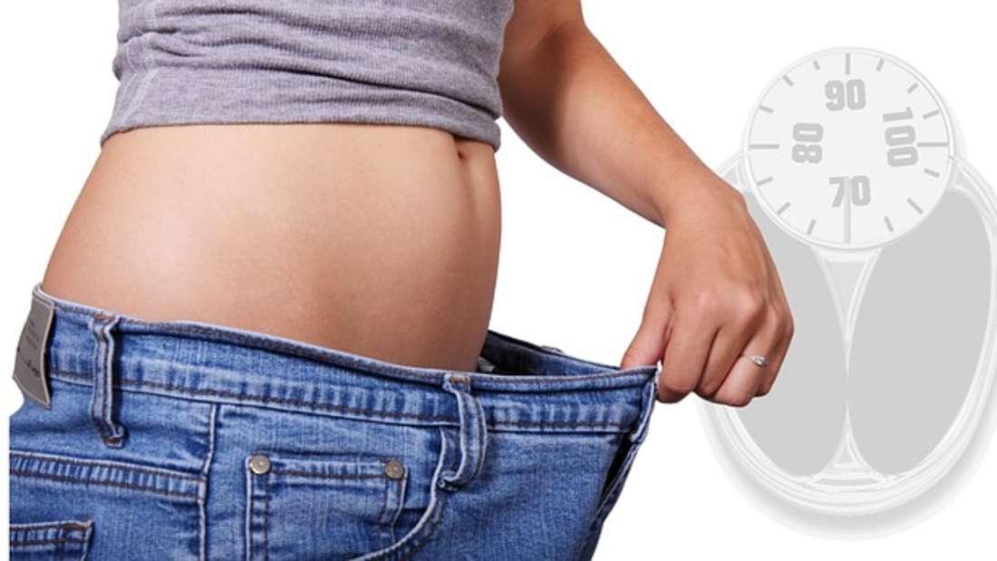 Gute Nachricht für alle Diätgeplagten: Studien zeigen, dass warmes Wasser beim Abnehmen helfen soll. Dadurch, dass sich die Körpertemperatur erhöht, um es zu verstoffwechseln, weiten sich auch Arterien und Venen. Das Ergebnis: eine bessere Durchblutung und Fettpölsterchen werdenleichter verbrannt.