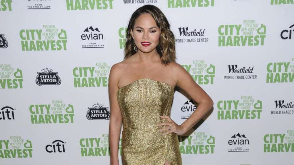 Chrissy Teigen hat den Frosch doll lieb. Foto: Christopher Smith/Invision