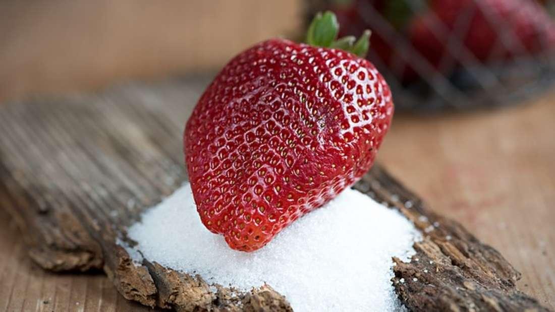 Neben Xylit gehörtauch Erythrit zu den Zuckeralkoholen und wird als Zuckeraustauschstoff verwendet. Er sieht dem Haushaltszucker ebenfalls gleich und schmeckt süß. Er kommt in natürlicher Form in Käse, Maisoder Obst vor und wird durch Fermentation gewonnen. Erythrit enthält ebenfalls kaum Kalorien und beeinflusst nicht den Blutzucker- oder Insulinspiegel. Daher wird erbei Diabetes oder Übergewicht empfohlen. Allerdings süßt er nicht so stark wie Xylit oder normaler Haushaltszucker.