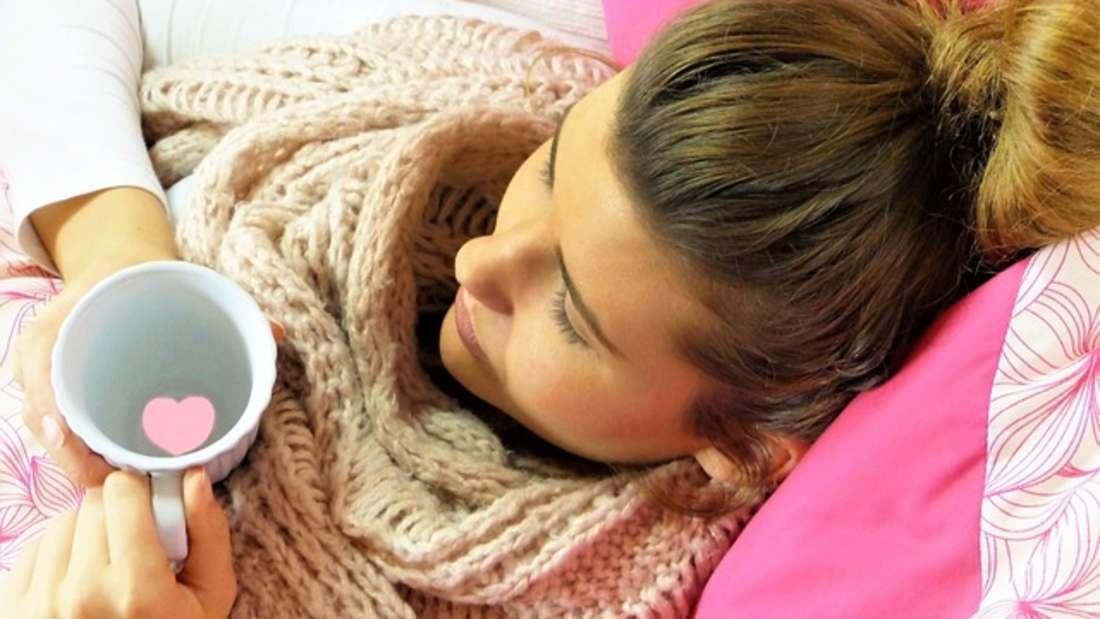 Wer krank ist, sollte sich schonen. Folgende Hausmittel können dabei helfen, schnell wieder auf die Beine zu kommen.