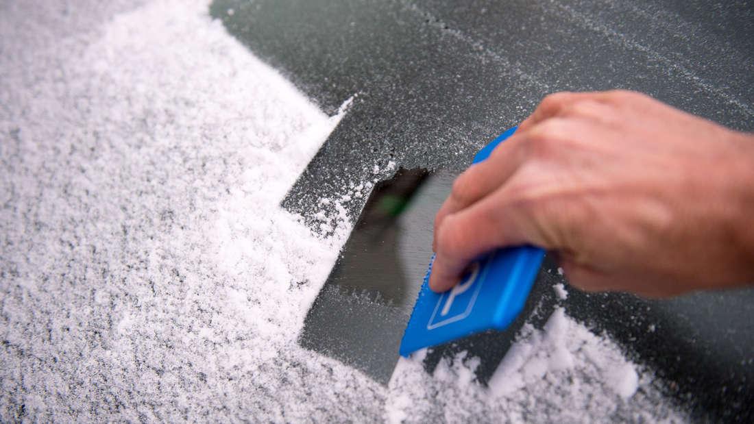 Das einfachste zuerst: In jedes Auto gehört spätestens beim Wintereinbruch ein Eiskratzer, Handfeger und eine warme Decke für den Notfall. Außerdem lohnt es sich, Handschuhe dabei zu haben.