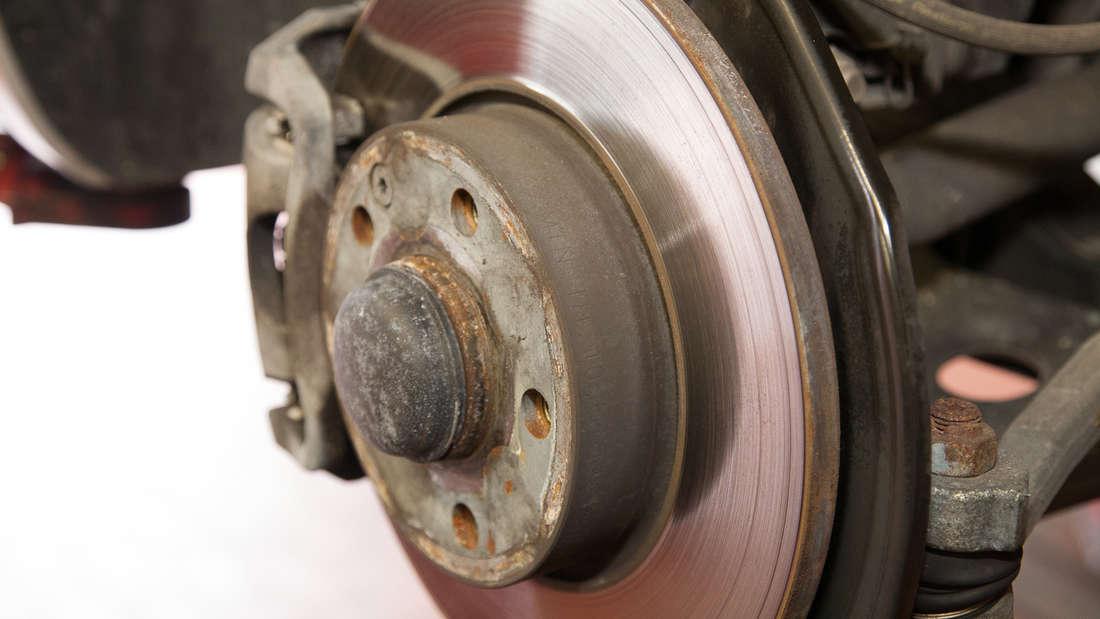 Beim Prüfen der Bremsen sollte ein Fachmann hinzugezogen werden. Normalerweise reicht es aus, wenn der Wagen regelmäßig vom TÜV untersucht wird. Bei neuen Autos blinkt auch oft ein Warnsignal auf, wenn die Bremsen erneuert werden müssen. Wenn Sie ungewöhnliche Reibungsgeräusche bei den Bremsen wahrnehmen oder sich sogar Rillen bilden, sollten Sie baldmöglichst eine Werkstatt aufsuchen.