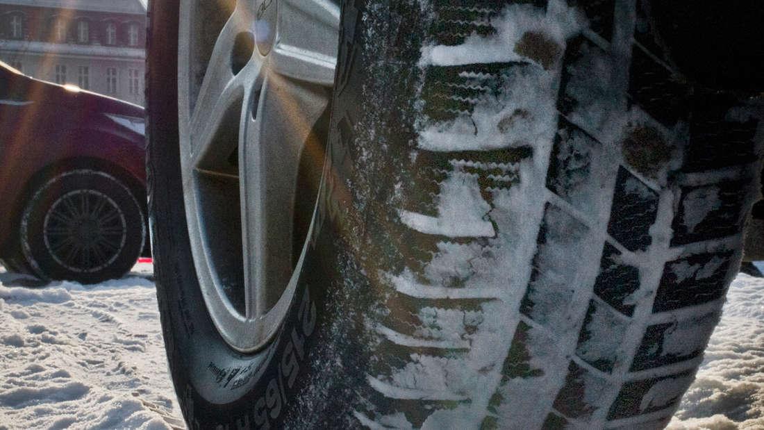 Mit das Wichtigste in der kalten Jahreszeit sind die passenden Winterreifen. Diese sollten von Oktober bis Ostern benutzt werden. Versierte Fahrer können diese selbst wechseln. Empfohlen wird eine Profiltiefe von vier Millimetern, vorgeschrieben sind 1,6 Millimeter.