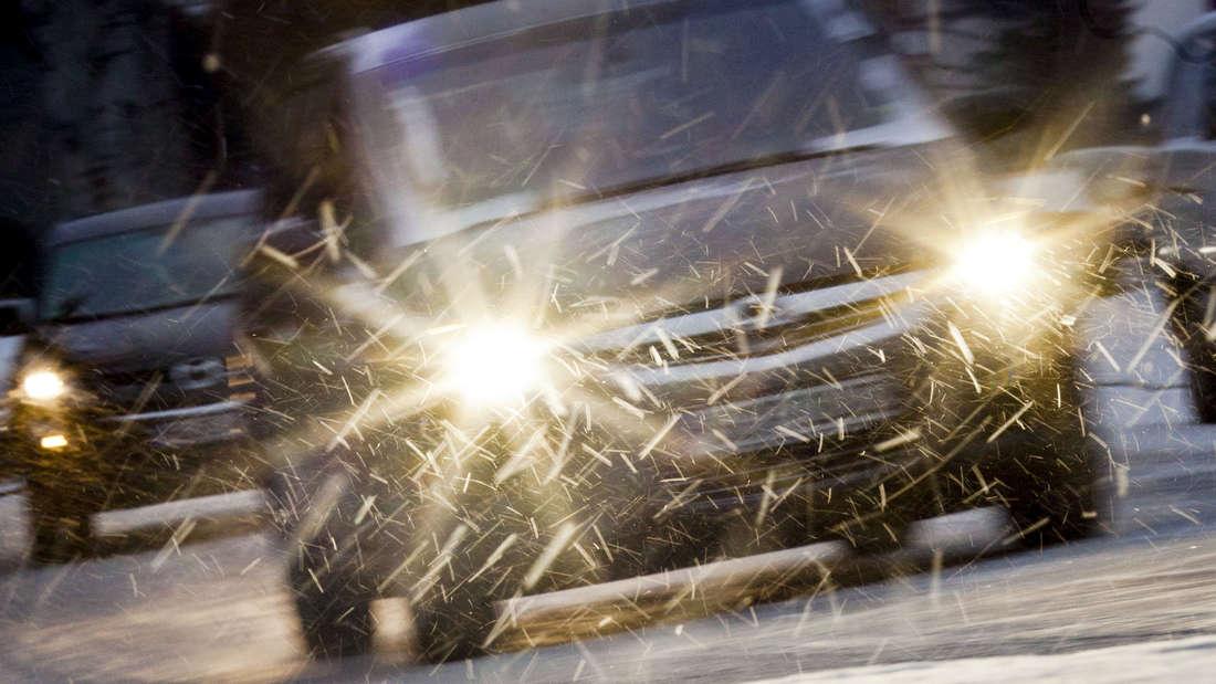 Wenn es im Winter früher dunkel wird und die Sicht witterungsbedingt eingeschränkt ist, ist es sehr wichtig, dass sämtliche Leuchten am Wagen auf Funktionalität geprüft werden. Außerdem sollten diese stets frei von Eis und Schnee sein.