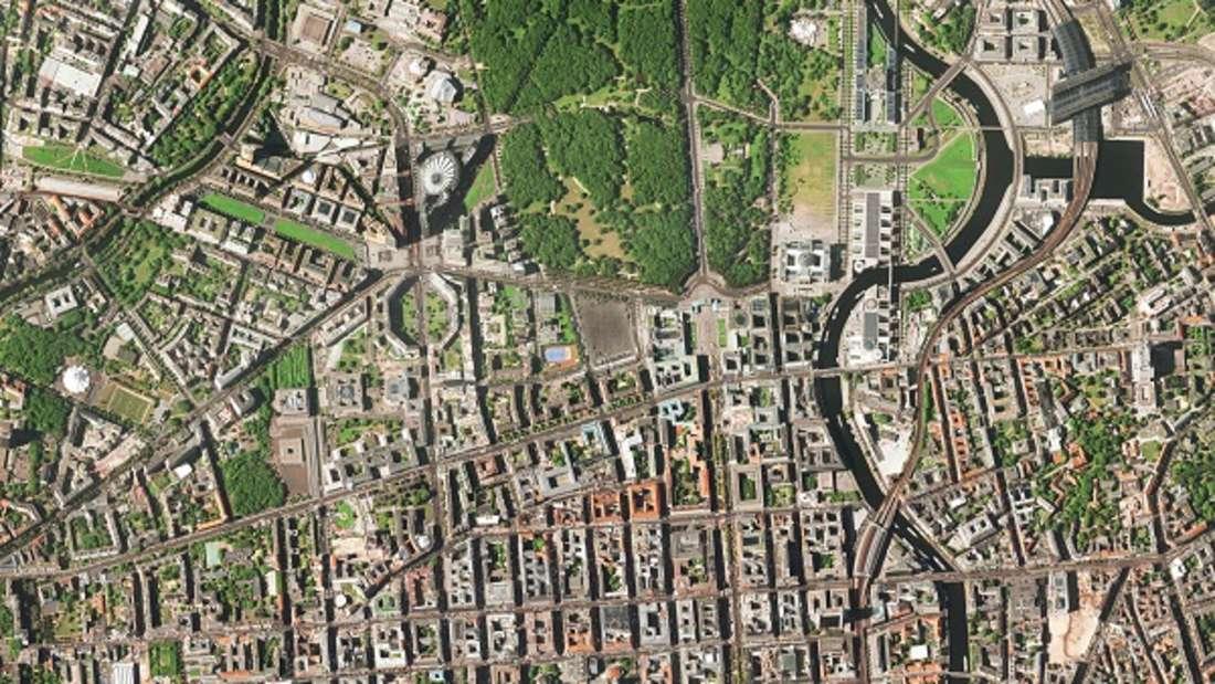 Durch die Teilung nach dem Zweiten Weltkrieg hatte die ursprüngliche Reichshauptstadt Berlin viel von ihrer Bedeutung verloren. Als Berlin nach der Wiedervereinigung 1990 erneut deutsche Hauptstadt wurde, begann eine intensive Entwicklung. Die Bevölkerung wuchs auf derzeit etwa 3,5 Millionen Einwohner. Die gestiegene Bedeutung der Stadt verdeutlicht auch das neu errichtete Regierungsviertel nördlich des Tiergartens.