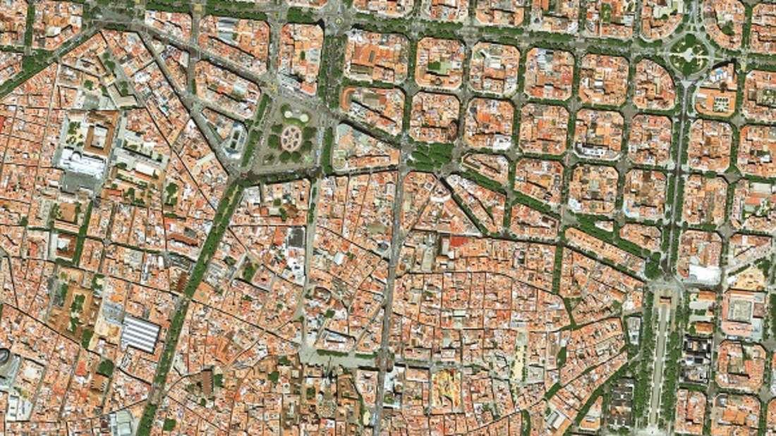 Der Grundriss einer Stadt ist immer ein Spiegelbild ihrer Geschichte. Auch im Zentrum Barcelonas, dem Barrio Gótico, sind Reste der römischen Stadtanlage zu erkennen, die im Mittelalter stark überbaut wurde. Daran schließt sich unmittelbar das ab Mitte des 19. Jahrhunderts erbaute Gründerzeitviertel Eixample mit seinem charakteristischen, quadratischen Raster an.