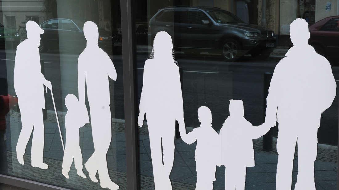 Figuren von Menschen in verschiedenem Alter auf dem Gebäude des Bundesministeriums für Familie.