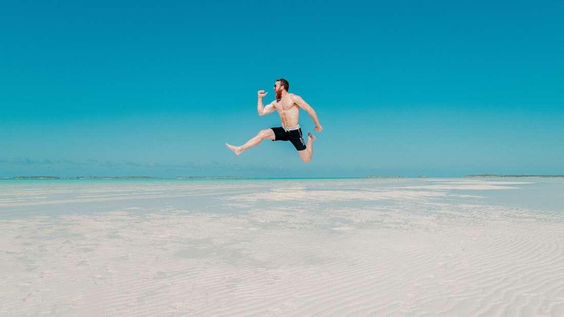 """Der Hyperaktive: Gibt es etwas anstrengenderes als den Urlaubstypen, der ständig und ununterbrochen irgendetwas unternehmen will, nach dem Motto """"bloß nicht still sitzen (und mal kurz entspannen)""""? Ja, gibt es..."""