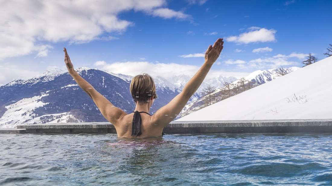 Der Wassermann findet Erholung im grenzenlosen Infinity-Pool mit Blick auf die Alpen.