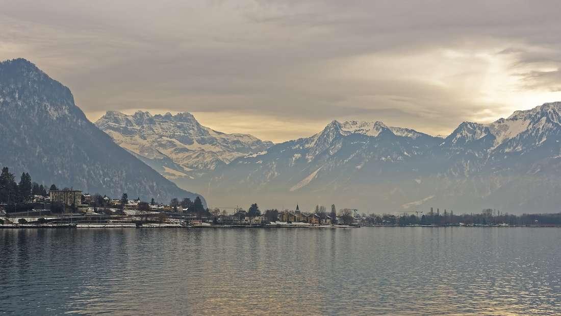 Der Zwilling schont seine Kräfte am Genfer See bei Wellness und Detox-Kuren.