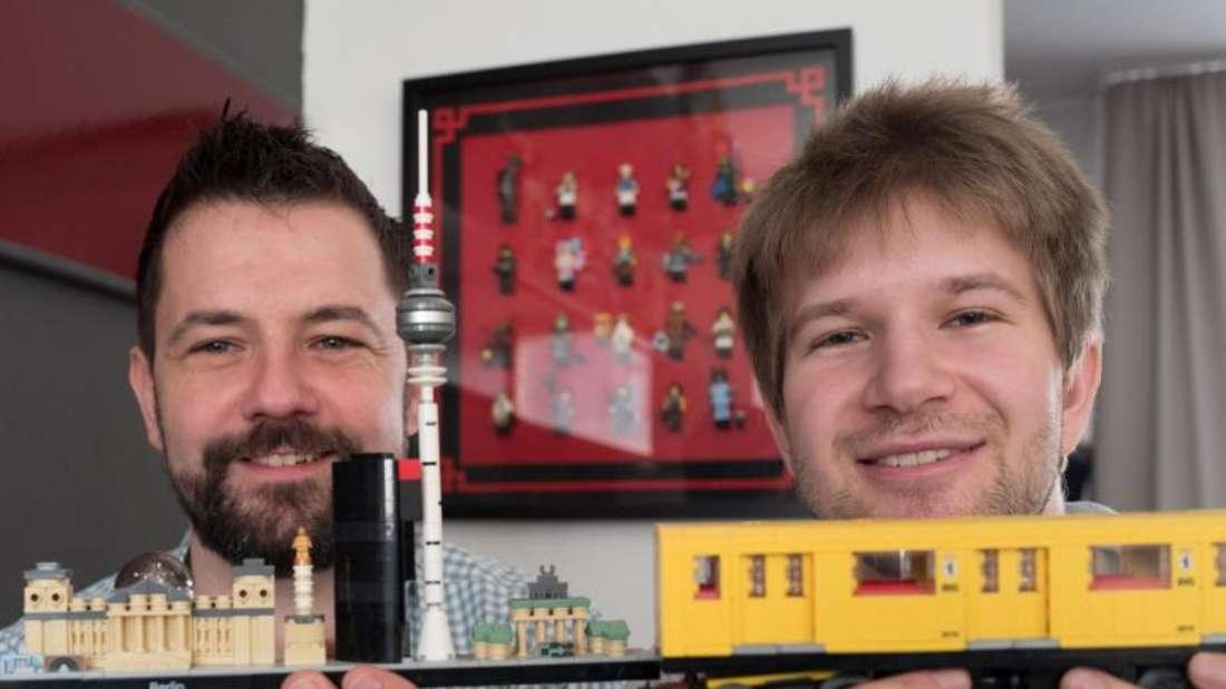 Stephan Birner (l) mit einer Berlin-Silhouette aus Lego-Steinen und Felix Fleischer mit einem Lego-Modell der Berliner U-Bahn. Foto:Jörg Carstensen