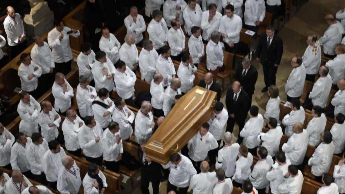 Köche tragen in der Saint-Jean Kathedrale in Lyon den Sarg des verstorbenen Paul Bocuse. Foto: Philippe Desmazes