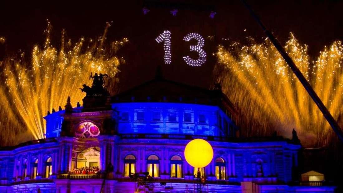 Der Ball wurde mit einem Feuerwerk über der Oper eröffnet. Foto:Alexander Prautzsch