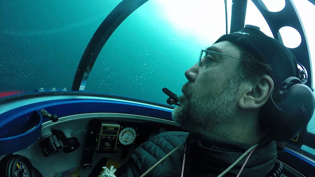 Expedition in 270 Metern Tiefe:Javier Bardem in einem U-Boot.