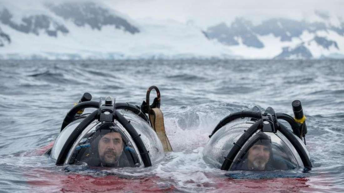 Der spanische Schauspieler Javier Bardem (l) mit Unterwasserpilot John Hocevar (r) nach einem Tauchgang in der Antarktis. Foto: Christian Ăslund/Greenpeace United Kingdom