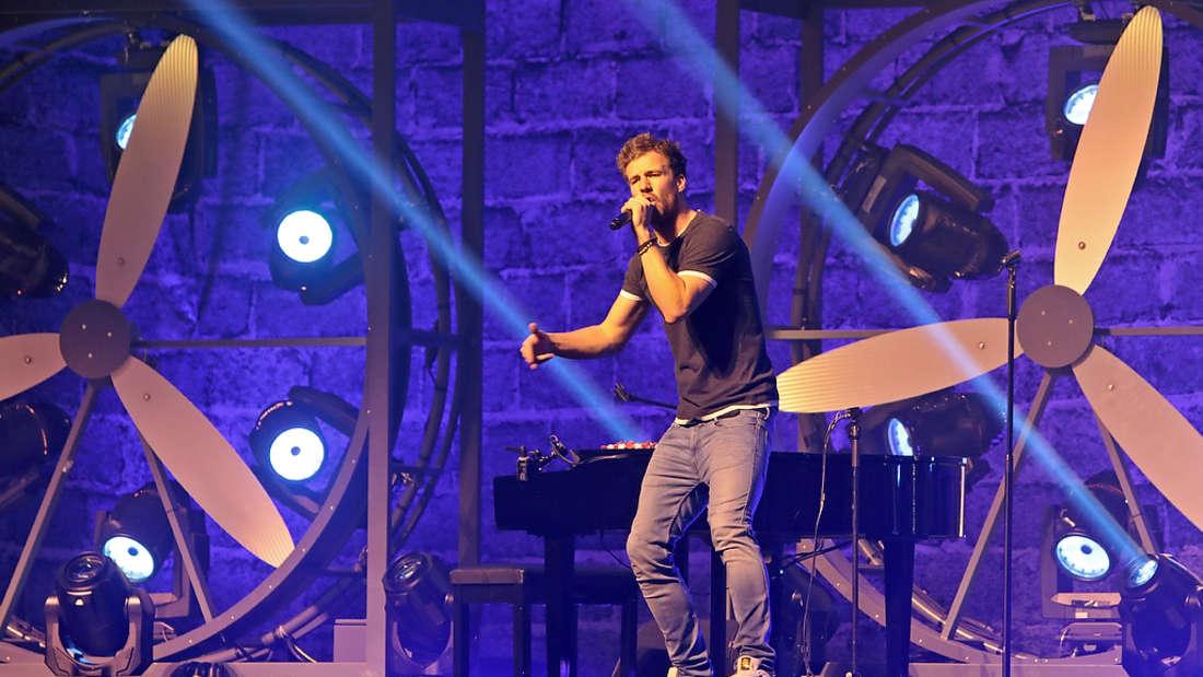 Luke Mockridge bringt die Zuschauer in der ausverkauften SAP Arena zum Lachen.