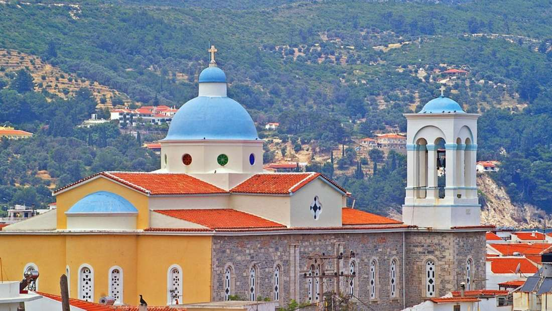 Ganz östlich in Griechenland gelegen ist Samos nur wenige Kilometer von der Türkei entfernt. Kirchen und weiße und bunte Bauten bilden einen malerischen Kontrast zu dem dunkelblauen Meer um dieInsel.