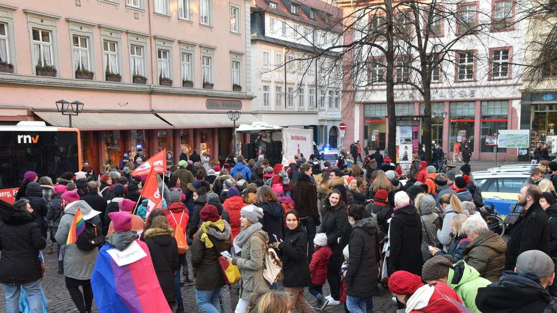 """Am Valentinstag versammeln sich wieder zahlreiche Frauen zur Tanzdemo """"One billion rising"""" am Uniplatz um gegen Gewalt an frauen zu demonstrieren."""