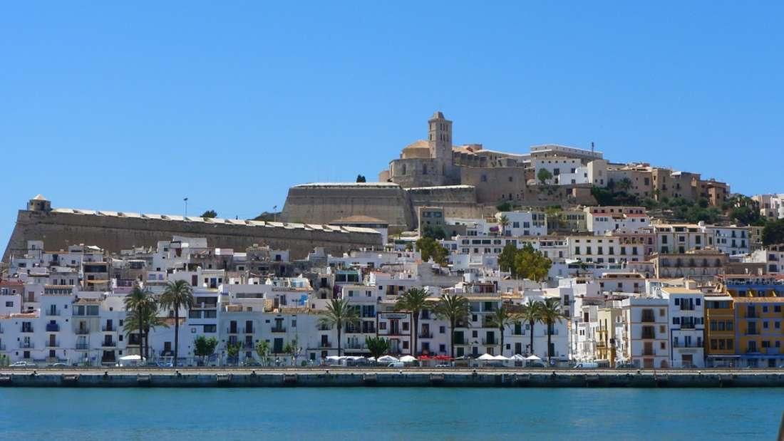 8. Ibiza: Ibiza wird immer teurer. Pro Tag zahlt man hier rund 327 Euro. Seit Kurzem gibt es auf der Balearen-Insel sogar ein Airbnb-Verbot.