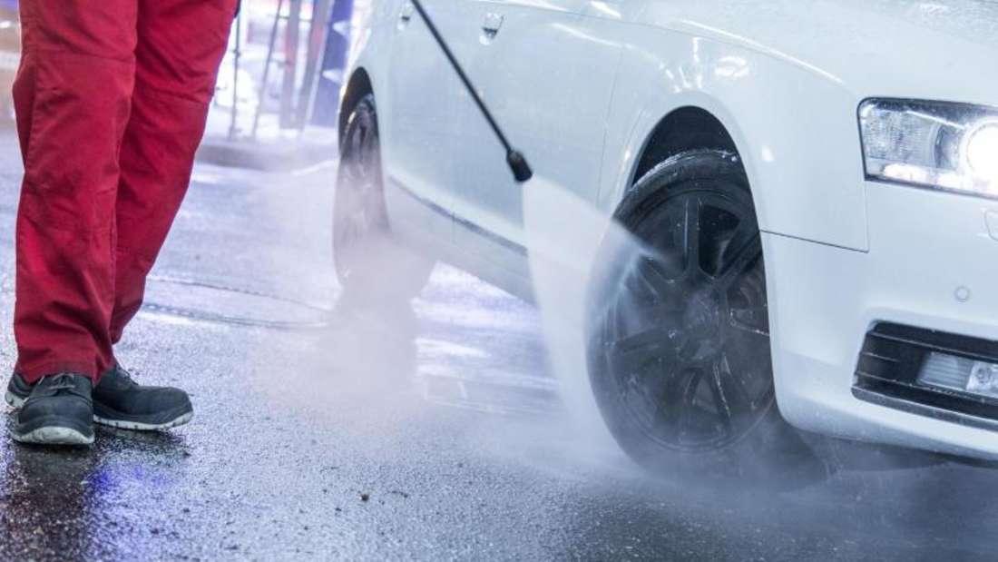 Beginn der Autokur: Vor dem Waschgang raten Experten zu einer gründlichen Vorreinigung des Autos durch einen Hochdruckreiniger.