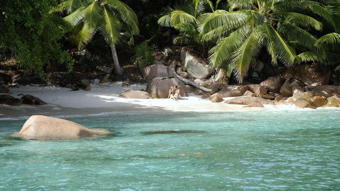Anse Lazio, Seychellen: Weißer geht's nicht: Anse Lazio liegt im Norden der Seychellen-Insel Praslin, der zweitgrößten Insel der inneren Seychellen. Der Strand ist besonders durch seine Kombination aus türkisfarbenem Wasser, weißem Sandstrand und roten Granitfelsen, die sich über den Sandstrand verteilen, bekannt und diente als Kulisse für die Bacardi-Werbung.