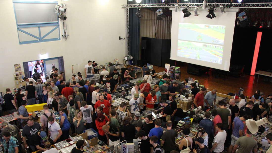Konsolen und Module locken zahlreiche Besucher zur RetroGamesCon.