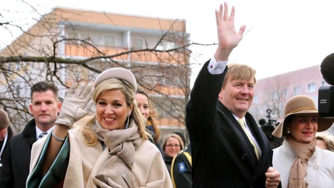 Zu Besuch in Leipzig: König Willem-Alexander der Niederlande und seine Frau, Königin Máxima winken in die Menge (2017). Foto: Jan Woitas