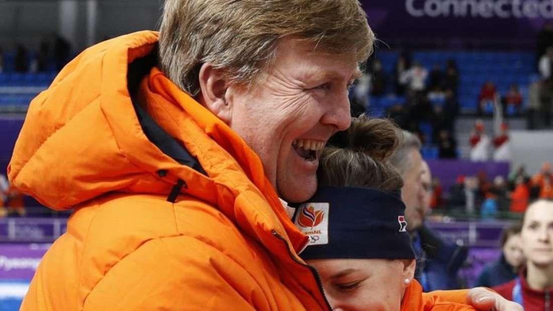 Zwei in Orange: Willem-Alexander (l) umarmt die Olympiasiegerin Ireen Wüst in Gangneung. Foto: Vadim Ghirda