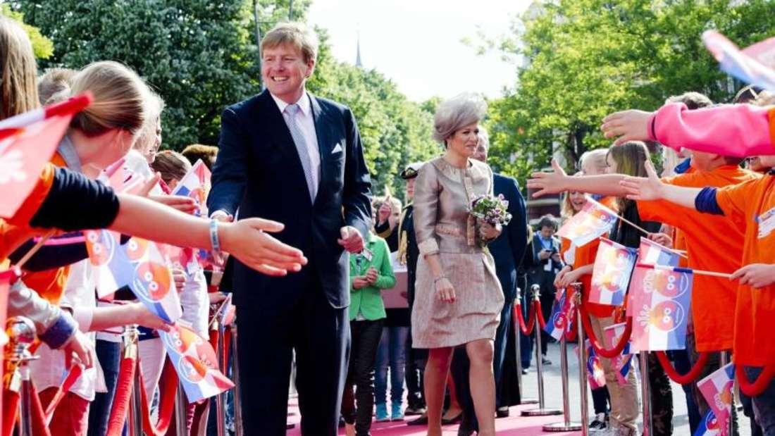 König Willem-Alexander beim Händeschütteln in Leeuwarden (2013). Foto: Robin Utrecht