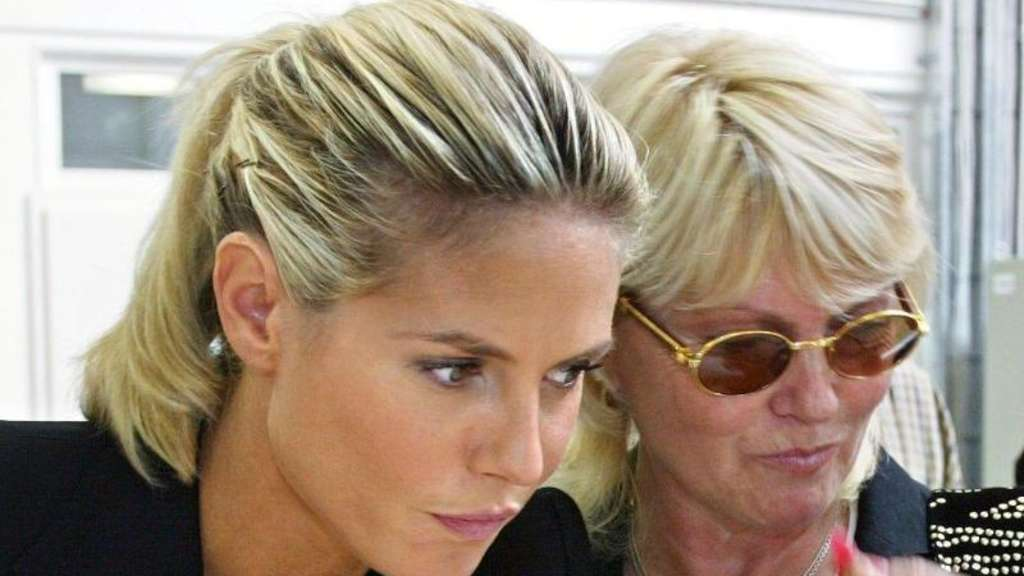 Top-Model Heidi Klum (l) neben ihrer Mutter Erna 2003 in Emmerich. Foto: Roland Weihrauch