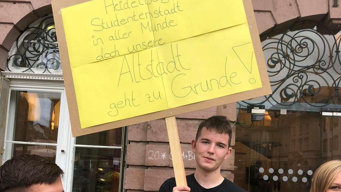 """""""Heidelberg, Studentenstadt in aller Munde, doch unsere Altstadt geht zu Grunde!"""" schreibt ein Demonstrant auf sein Schild."""
