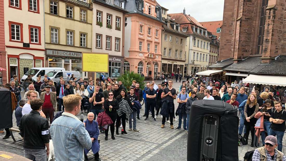 Demo gegen strengere Sperrzeiten.