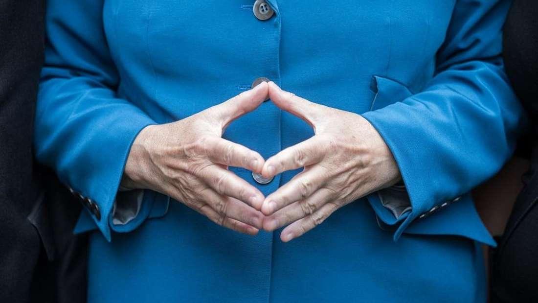 """Die """"Merkel-Raute"""" ist dank der Bundeskanzlerin inzwischen weltbekannt. Doch Sie können nie wissen, wie diese Geste der Souveränität bei anderen ankommt. Deshalb lieber: Finger weg davon!"""