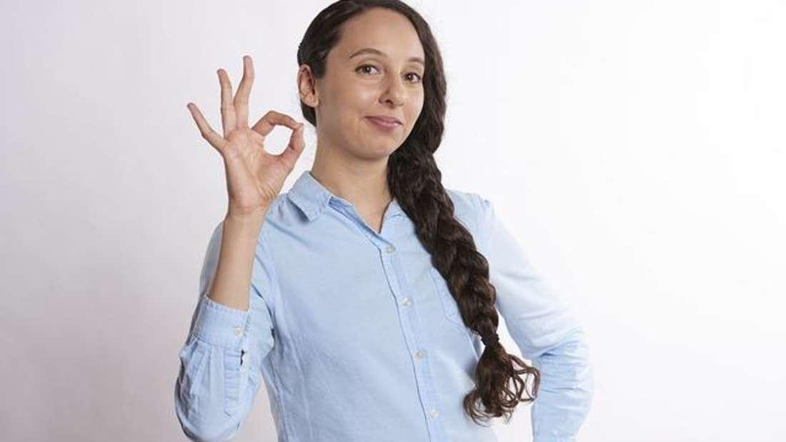 """Diese Geste heißt in der Tauchersprache """"OK"""" - doch in manchen Gegenden beleidigt man Menschen mit diesem Handzeichen als """"A...loch""""."""
