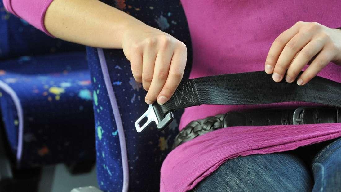 Sicherheitsgurte sind in Reisebussen Pflicht - aber in Linienbussen nicht. Wieso eigentlich?