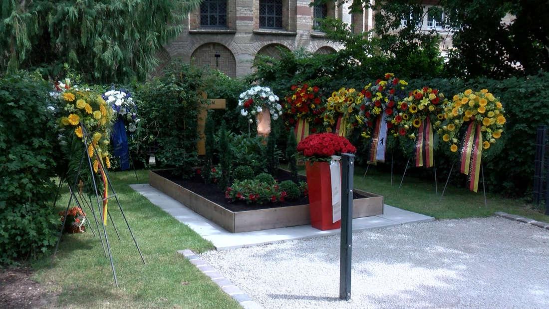 Freunde und Wegbegleiter gedenken dem verstorbenen Helmut Kohl.