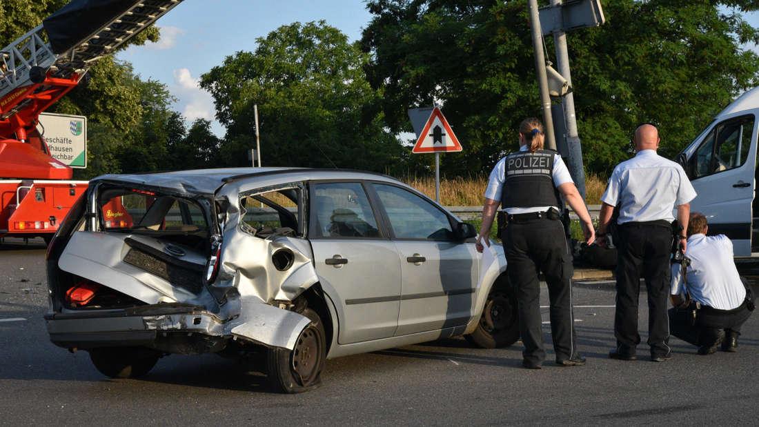 Bei einem Unfall auf der K598 werden drei Menschen schwer verletzt.