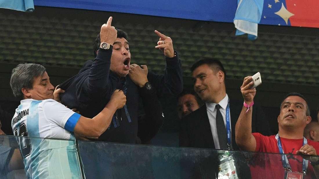 Ausraster beim Siegtreffer: Diego Maradona zeigt den Stinkefinger.